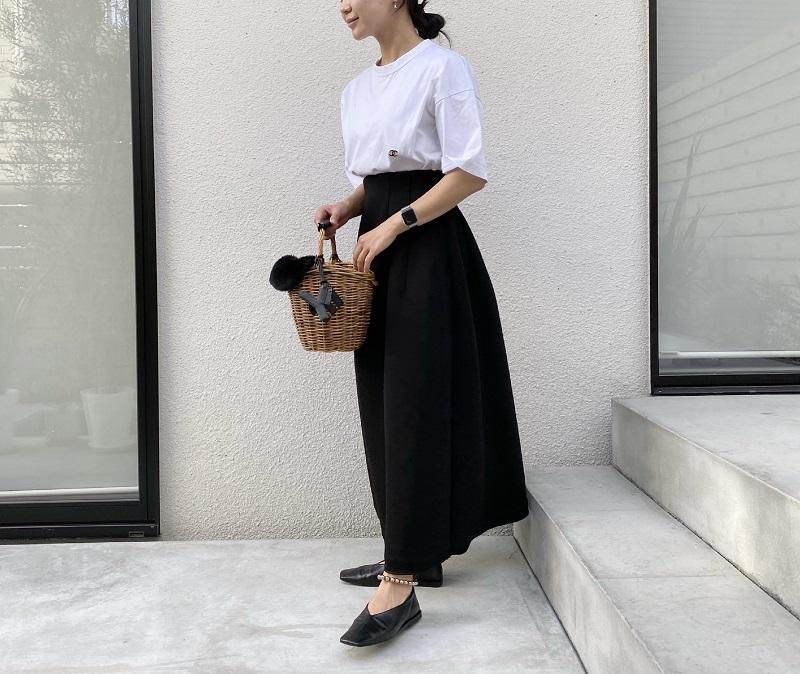 白Tシャツと黒のスカートのコーデ。