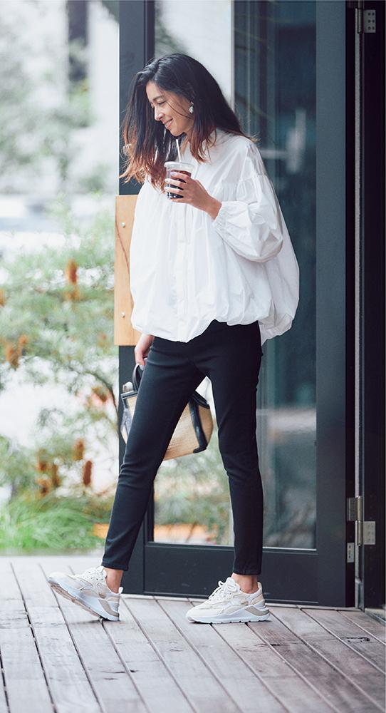 白ブラウスと黒パンツの白スニーカーコーデ