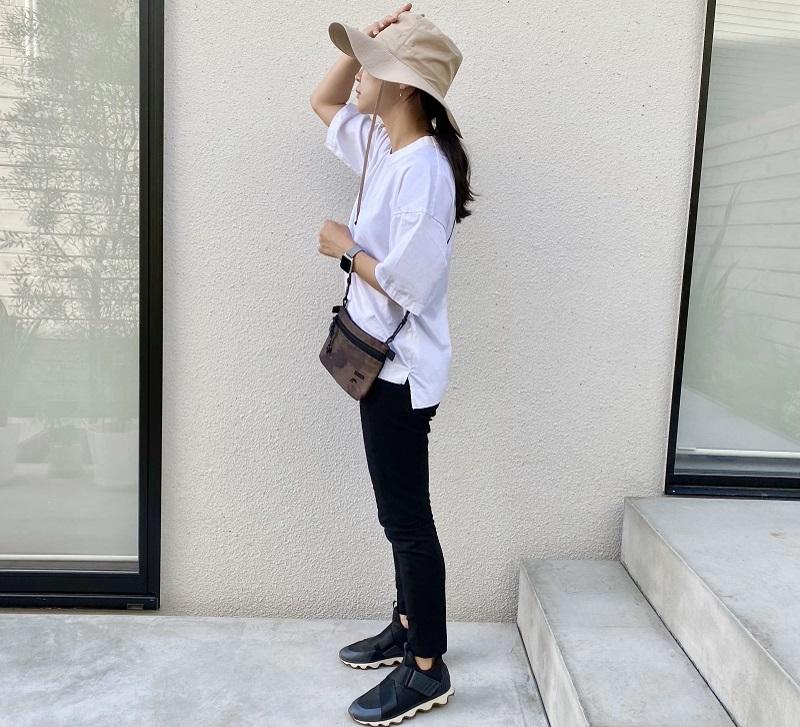 白Tシャツと黒パンツのコーデ