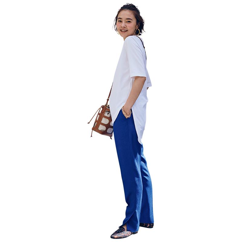 エイトンの白Tシャツとパンツのコーデ