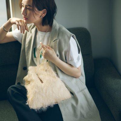 「白ロゴT×ジレ」大人コーデに主役級バッグで華やぎをプラス!