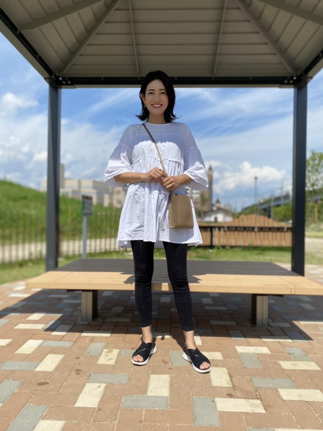 妊娠9カ月、身長160㎝、ZARAの膝上ワンピース×ユニクロのレギンスのマタニティのモノトーンコーディネート1