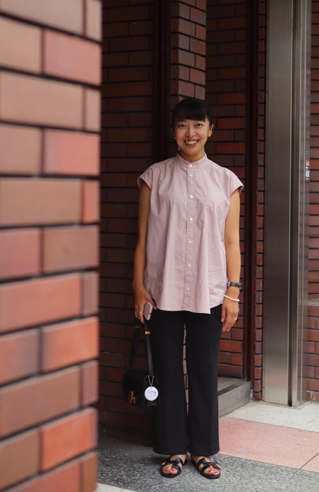 マタニティパンツを使わない妊娠6か月のマタニティコーデ。ブラウス(シャツ)×黒のゴムパンツ1。身長155㎝。