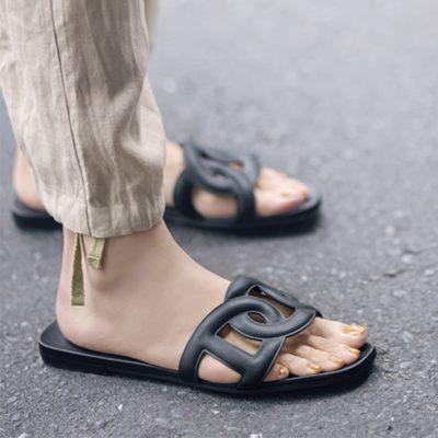 エルメスのサンダル「アロハ」が名品すぎる!普段着の足元も一気に格上げ