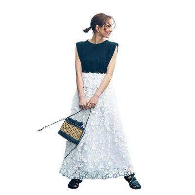 モノトーンで甘さ軽減!白×花柄スカートは黒で大人っぽく