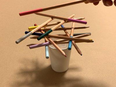 【雨の日の室内遊び】色鉛筆で『ぐらぐらバランスゲーム』