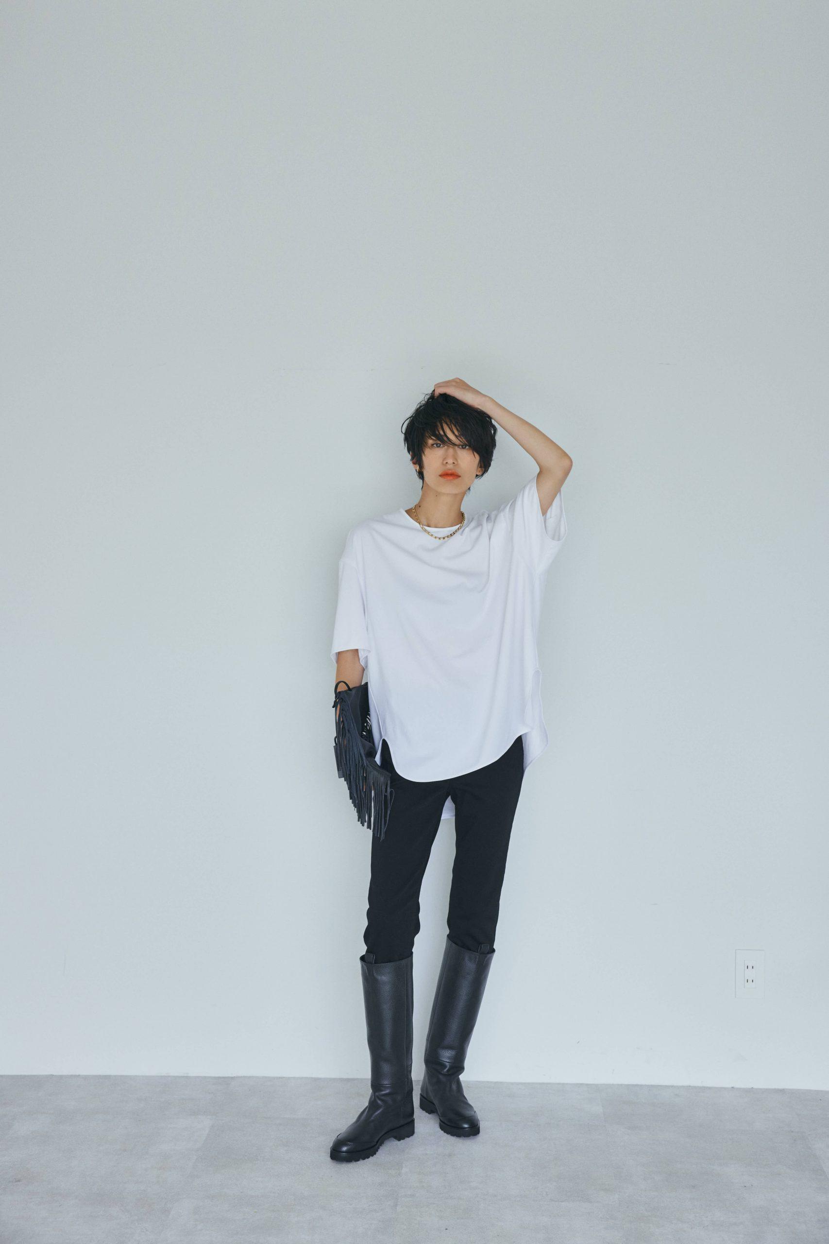 神山まりあ×RIVE DROITE(リヴドロワ)のコラボTシャツを私服のモノトーンコーデで。白Tシャツ1