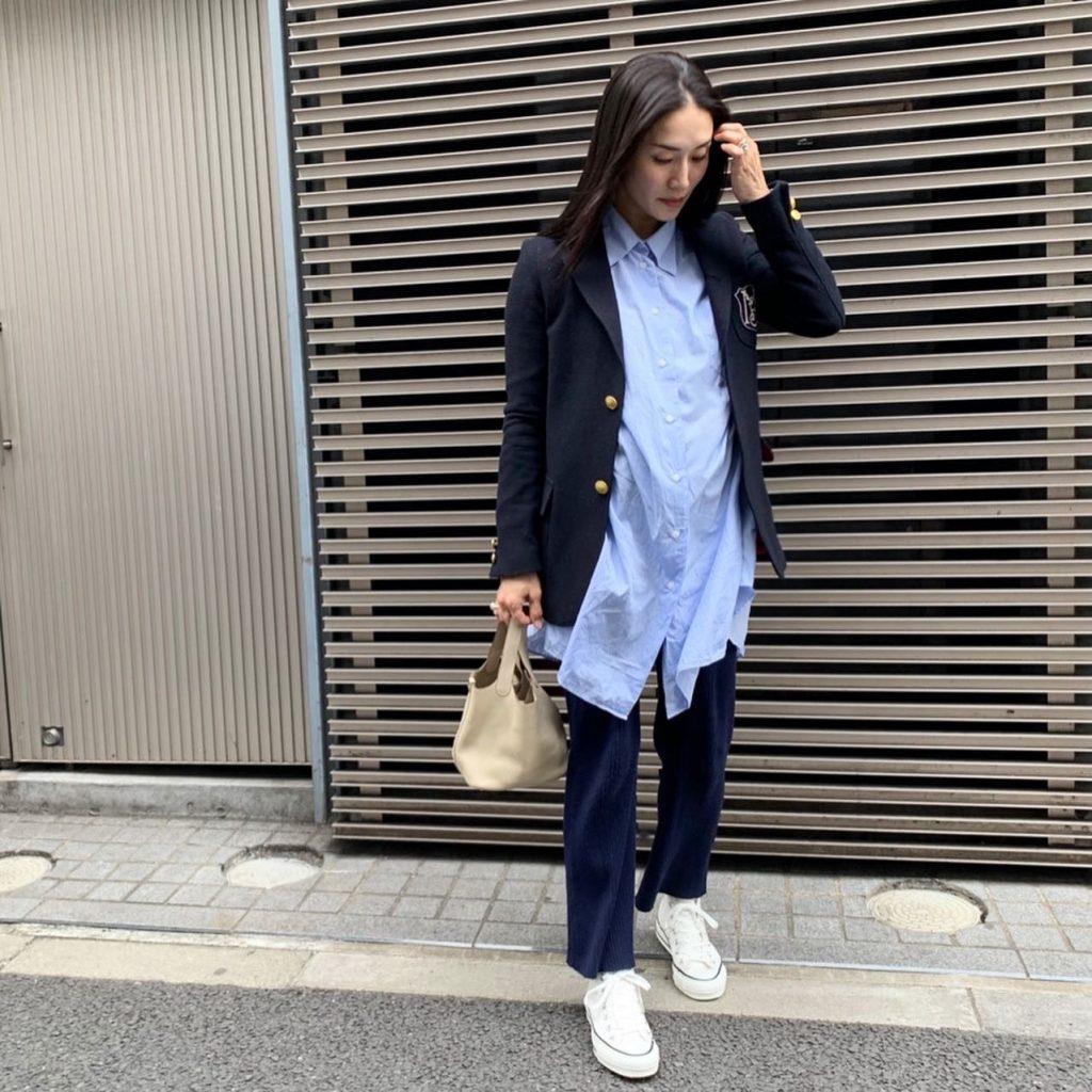 スタイリスト亀恭子さんのシャツ×ジャケット×ニットパンツのマタニティ専用アイテムを使わない秋冬のマタニティコーデ