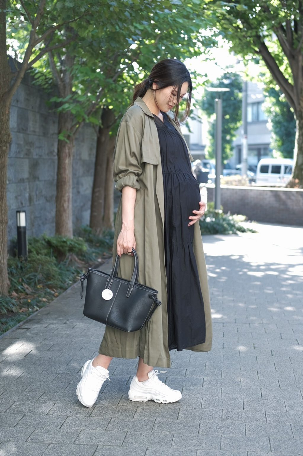 臨月におすすめのワンピース×トレンチコートを使った秋冬のおしゃれな妊婦さんのマタニティコーデ1