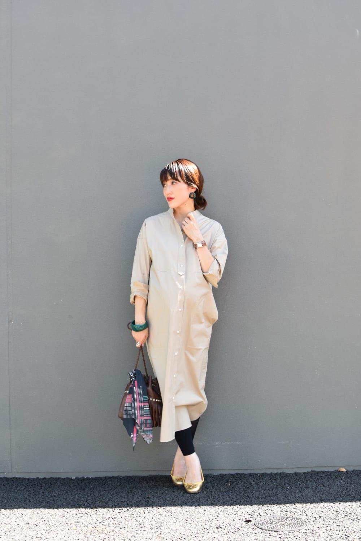 臨月のシャツワンピース×レギンスの夏のマタニティ通勤コーデ(オフィススタイル)