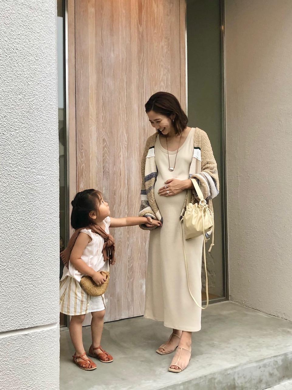 身長158㎝、妊娠9か月のマタニティワンピコーデ。ベージュワントーンならおしゃれ。子どもも茶系で親子コーデ。