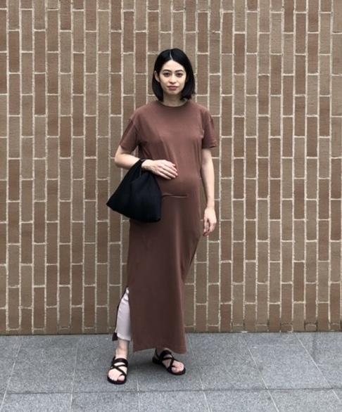 ユニクロのサイズアップしたリブレギンス×ワンピースの夏のマタニティレギンスを使わない妊婦さんのコーディネート。