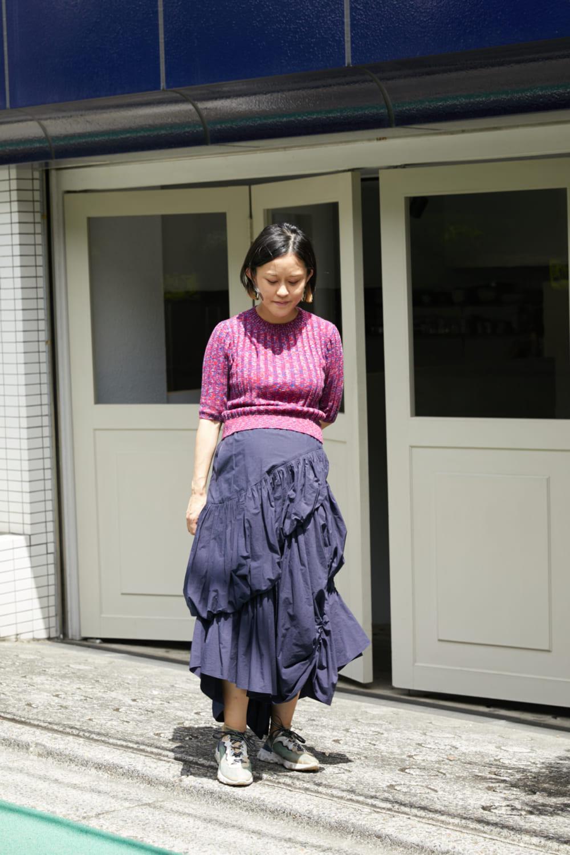 臨月のマタニティ服を使わない、ウエストゴムのアシンメトリースカート×リブトップスの夏のマタニティコーデ。