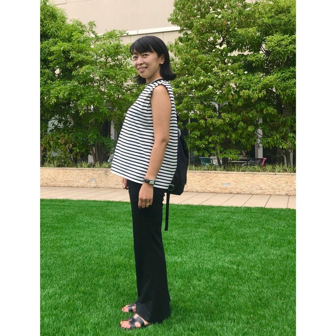 身長155㎝、着ぶくれしないボーダートップス×ゴムパンツのマタニティモノトーンコーデ。妊娠7カ月。