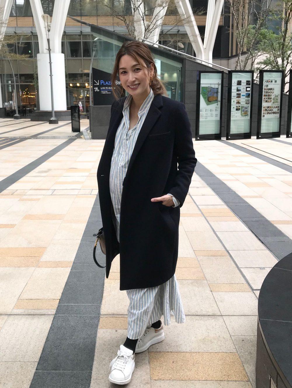 臨月のおしゃれな妊婦さんのten×Ron Herman(テン×ロンハーマン)のシャツワンピース×コートの秋冬におすすめのマタニティコーデ