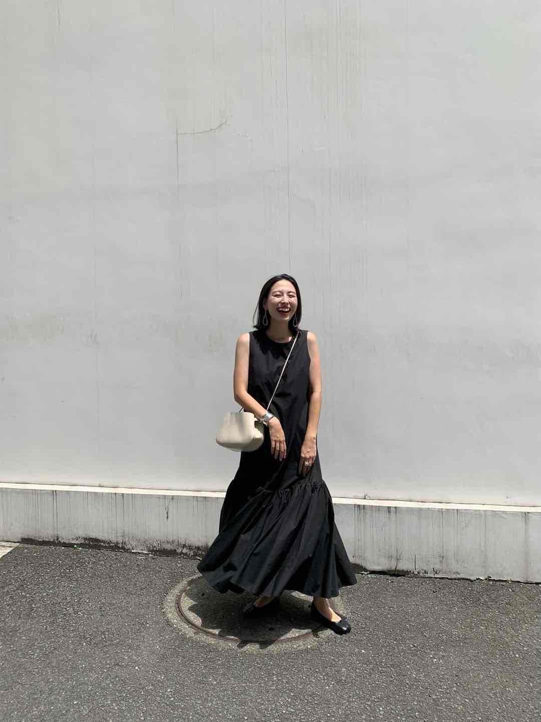 妊娠5カ月の夏のマタニティワンピースコーデ。黒ワンピース。