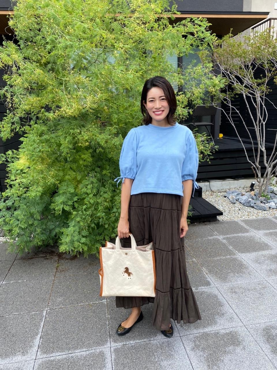 マタニティアイテムを使わない、妊娠8カ月の夏のマタニティコーデ。スウェット×ロングスカート。