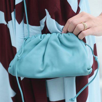 """【ボッテガSNAP】ボッテガ・ヴェネタのバッグは""""浮かないブルー""""が人気!"""