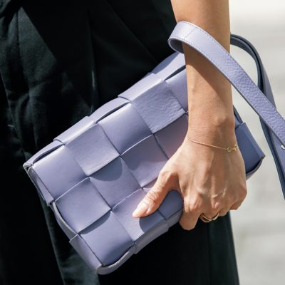 【ボッテガSNAP】モノトーン派の差し色バッグはボッテガ・ヴェネタのパープル!