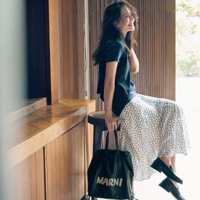 【マルニの新作バッグ】ポップなロゴがモノトーンコーデを更新