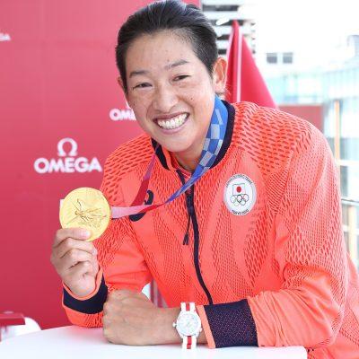 オメガがオリンピック女子ソフトボール金メダルを祝し、上野由岐子選手に腕時計を贈呈