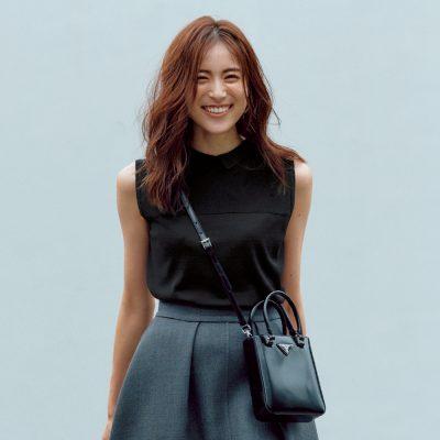 【プラダの最新「黒」名品】モノトーンコーデに効果絶大なバッグと靴は?
