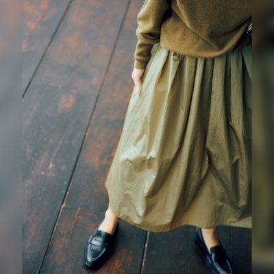【ニット×ロングスカート】のほっこり見え回避はシャカシャカ素材!
