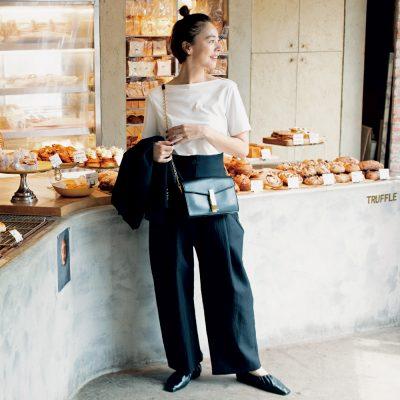 秋のモノトーンコーデは『太め黒パンツ』投入が今年っぽい!